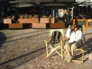 No Federation Square, centro de atividades turísticas de Melbourne, eles deixam essas cadeiras de madeira para você sentar, descansar e assistir aos shows. É um armário aberto com cadeiras tipo diretor ou espreguiçadeiras, umas 50 e fica tudo aberto e a vontade.