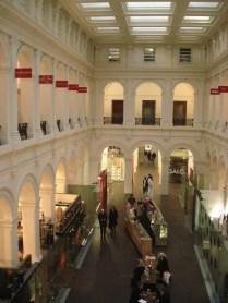 General Post Office que foi o correio da cidade até 1993 e agora virou um shopping center para lá de fino