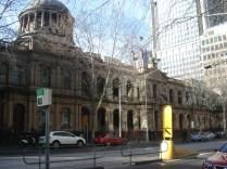 Em estilo clássico, com pórtico e dois andares com colunas em estilo jônico e dórico, a Suprema Corte é um edifício imponente