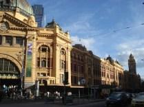 Flinders Station que é a nossa Praça da Sé dos trens e ponto de encontro dos Melburnians que marcam embaixo do relógio.