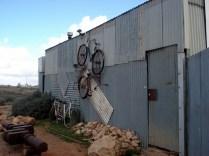 E essa era a loja dele por fora (ele também coleciona bicicletas antigas)