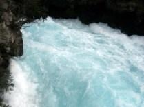 Essa é a água da cachoeira, clara e azul, limpa e gelada