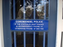 Observem a placa: se não tiver ninguém na estação.....