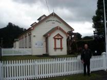 Carlos em frente a antiga escola de mineração de 1898 que agora é um museu.