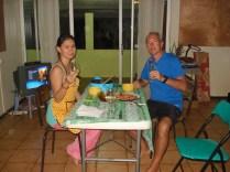 Jantar de despedida com champanhe na casa da Caroline