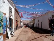 Outra vista. Pronta para FiestasPatrias, cheia de bandeirinhas.