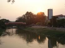 Mesma ponte, Old Market Bridge, ângulo diferente na área de Phsar Chas
