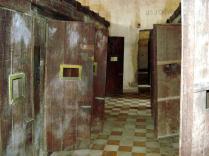 Sala de aula transformada em inúmeras celas