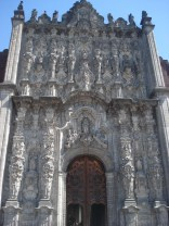 Possui 4 fachadas e dois campanários que abrigam 25 sinos, no total
