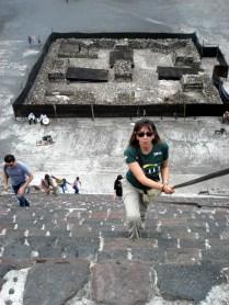 E dá lhe escadaria para chegar ao topo da pirâmide da Lua