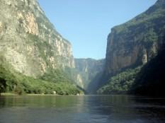 O Cânion foi formado por fissuras na crosta da Terra, juntamente com a erosão pelo rio Grijalva