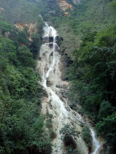 O interior do cânion tem trinta corredeiras, cinco cachoeiras, três praias, duas nascentes de água doce