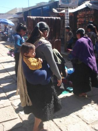 As roupas que elas usam são muito diferentes e sempre carregam os filhos assim