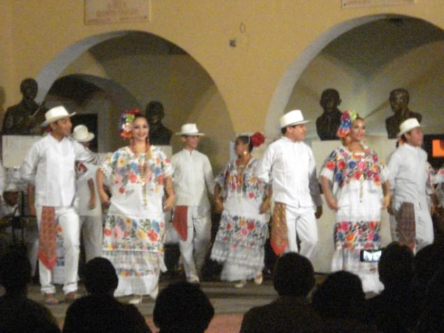Dança típica com roupa típica