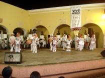 Grupos vindos de Campeche e Veracruz com esses vestidos brancos rodados