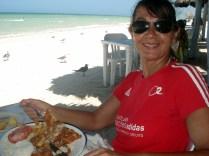 Fizemos nosso almoço na praia no Pulpo Loco (Polvo Louco). Maravilha comer ao som das ondas