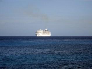 Cruzeiro parado perto da ilha de Cozumel