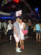 Gigi e Alejandro em frente a um dos antros na Calle 12