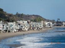 Andando pela beira-mar você verá várias casas construídas sobre pilares, na areia da praia