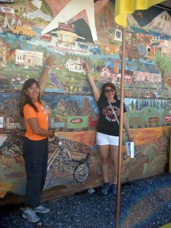 Parede de fora pintada por um artista local. Encontramos brasileiros.
