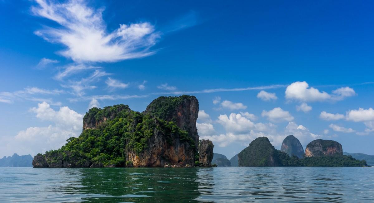 Kalkstensklipper i Phang Nga bugten