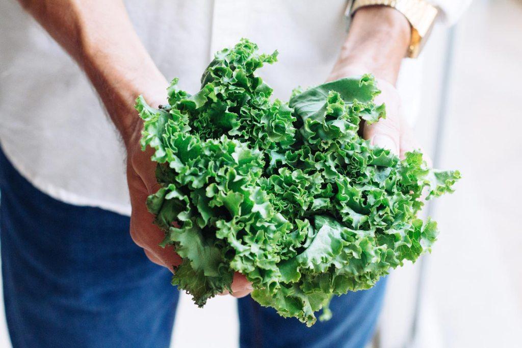 Jak wzmocnić odporność? Jedząc dużo witaminy C, która znadjuje się na przykład w jarmużu.