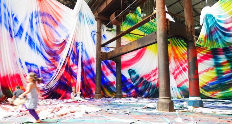 kolorowa instalacja
