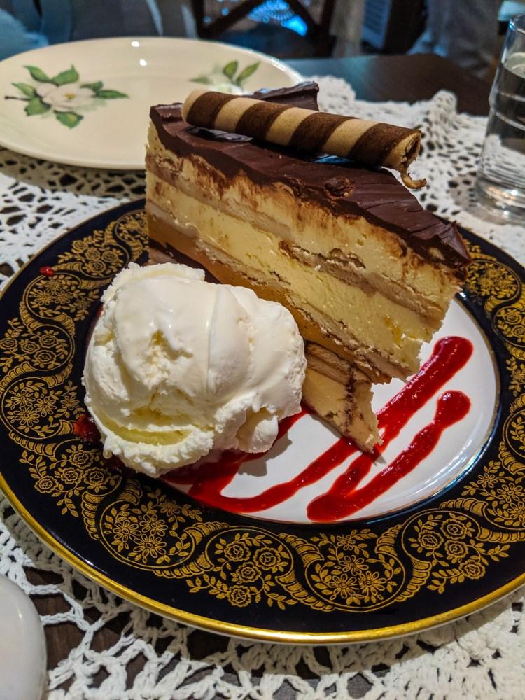 ciasto z lodami w restauracji
