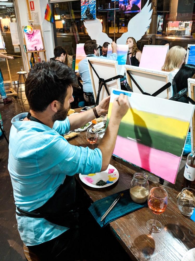 mężczyzna maluje obraz