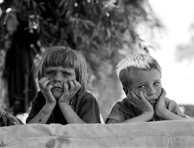 1280px-Dorothea_Lange_Children_of_Oklahoma_drought_refugee_in_migratory_camp_in_California_1936 Dust Bowl USA - gedocumenteerd door Dorothea Lange