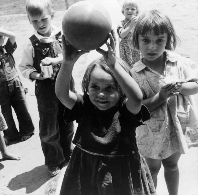 783px-Dorothea_Lange_Migrant_children_playing_at_nursery_school_FSA_camp_Tulare_County_California_1939 Dust Bowl USA - gedocumenteerd door Dorothea Lange