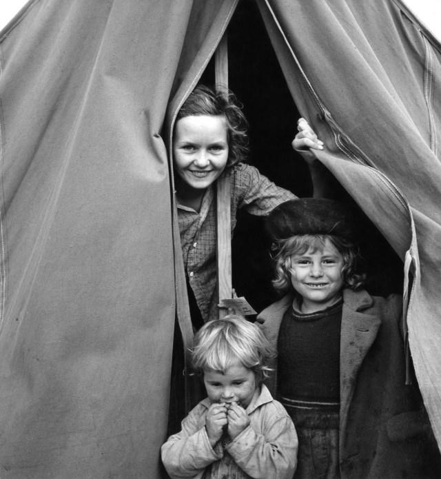 Lighthearted_kids_in_Merrill_FSA_camp_Klamath_County_Oregon_ppmsc00082u Dust Bowl USA - gedocumenteerd door Dorothea Lange
