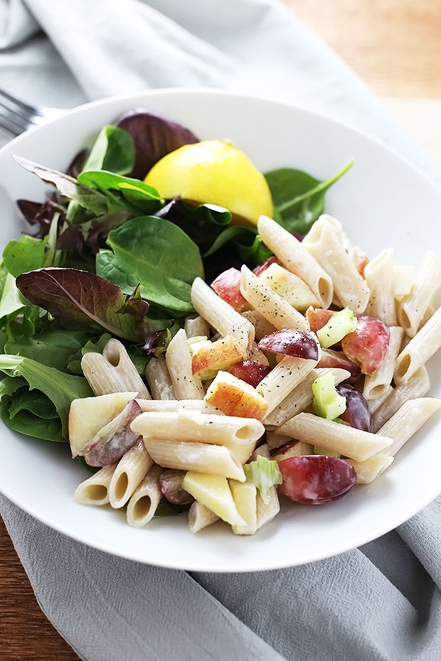 This easy vegan and gluten free apple + grape pasta salad is the BEST! it's so simple to put together and it's perfect for lunches or dinner! / TwoRaspberries.com