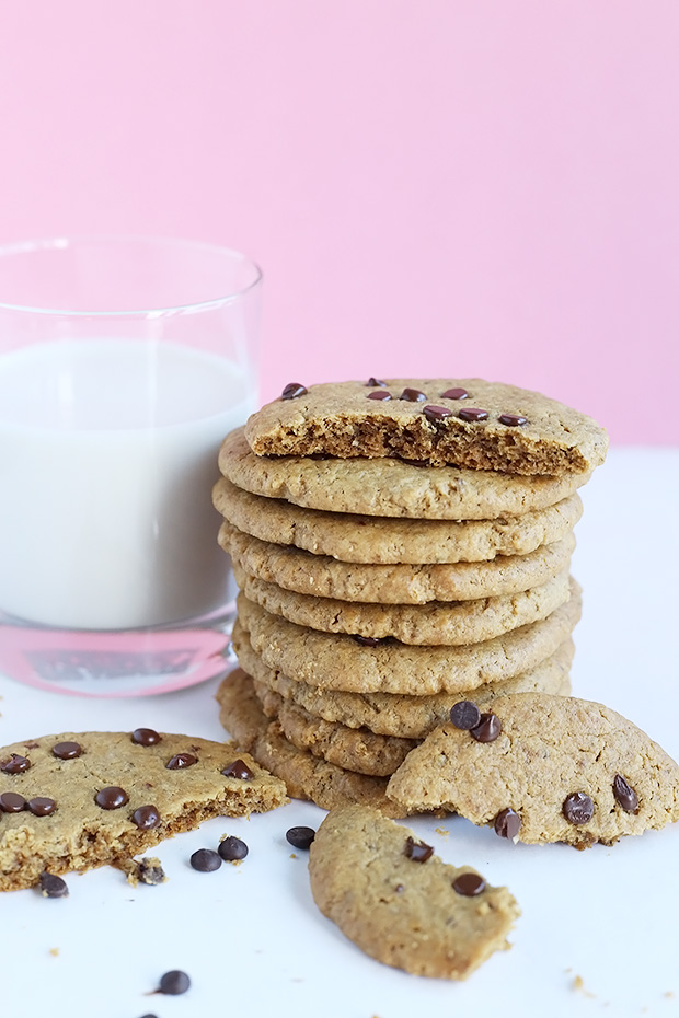 These Vegan Chocolate Chip Peanut Butter Cookies are crispy and melt in your mouth! Quick and easy to make, vegan, gluten free and refined sugar free option! / TwoRaspberries.com