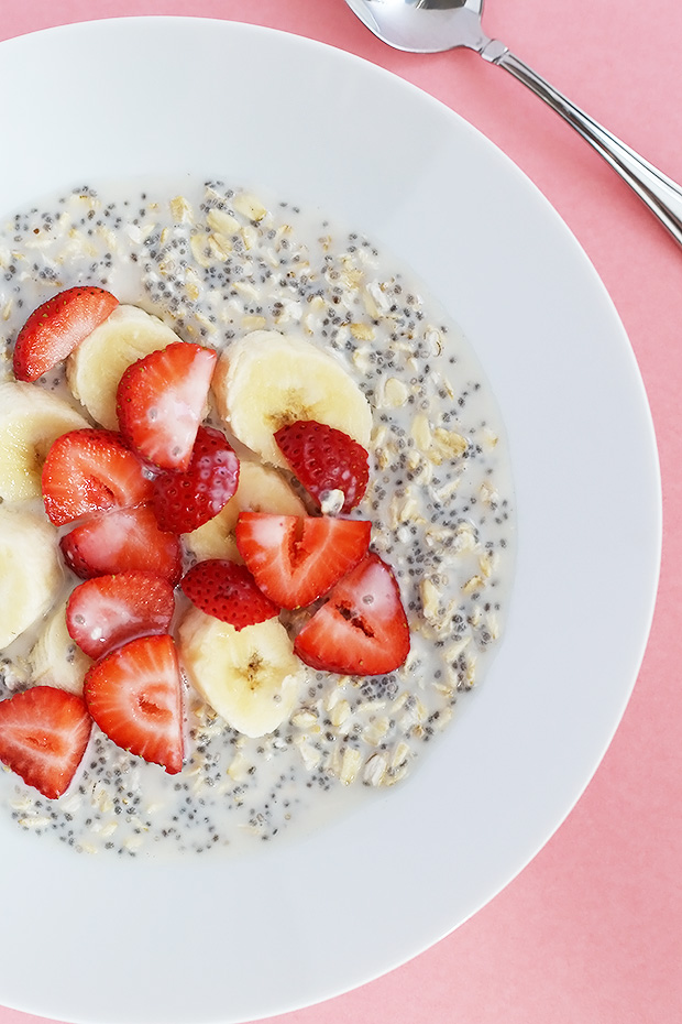 This Strawberry Banana Chia Oat Breakfast Bowl is PERFECT for a healthy breakfast or lunch! This can be made the night before and is vegan plus gluten free! / TwoRaspberries.com