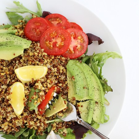 My Favorite Tomato Curry Quinoa Salad! It's super easy to prepare, great for meal prep, lunch or dinner. Vegan and gluten free. / TwoRaspberries.com