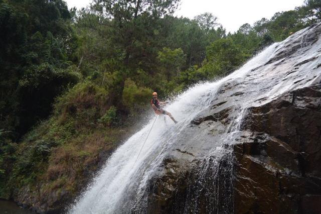 Canyoning-in-Da-Lat-REVIEW-Matt-decending-the-25m-waterfall