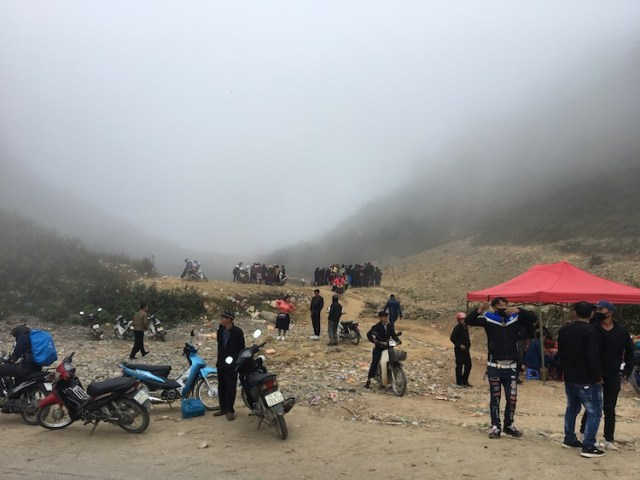 Crowds of people gathered at the Chinese border with Vietnam