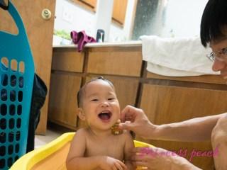 爸爸幫寶寶洗澡