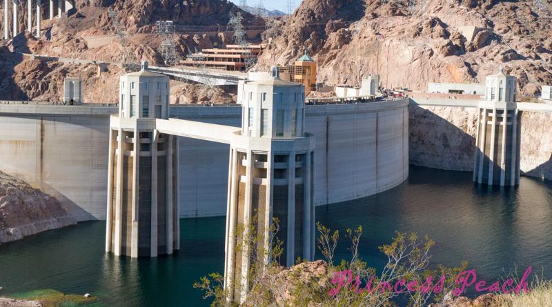 美國: 在土木工程界十分有名的胡佛水壩 (Hoover Dam, NV)