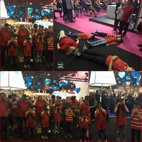 في ذروة وقت معرض الكتاب القائم الأن في #جنيف لبسو قمصاناً حمراء وقف هؤلاء السوريين أمام الزائرين وتمددوا بالأرض وقالوا #حلب_تحترق