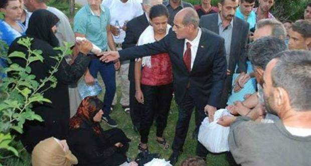 محافظ حماة يوزع السندويش ( صورني و انا بوزع)
