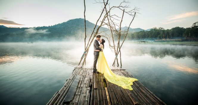 pre-wedding photoshoot locations indonesia - Tamblingan Lake - Bali Pixtura