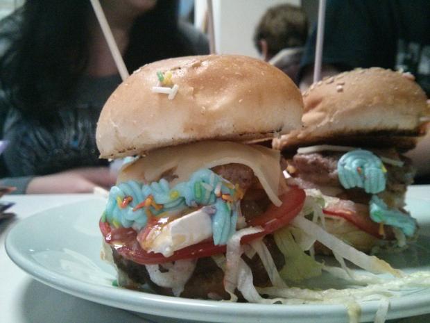 Sueño de hamburguesa. Ternera eusko-label, lechuga, tomate, cebolla, queso de cabra, cheddar, edamer, salsa roquefort y queso azul.