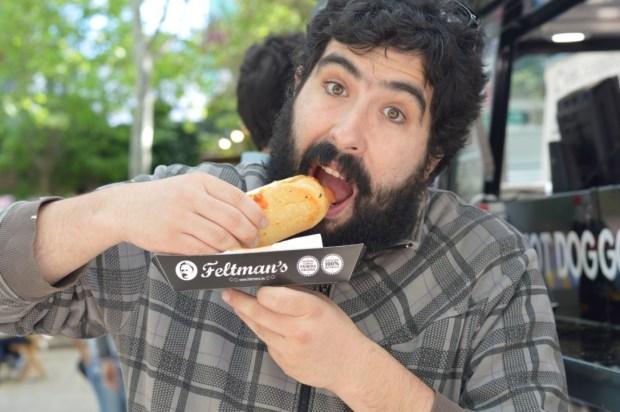 Catando un 'Feltman's Hot-Dog'.