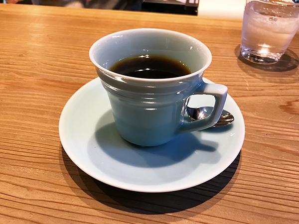 ご主人の実家は陶芸の工房とのことで皿やカップにこだわりが。写真は上品な青磁のカップ。