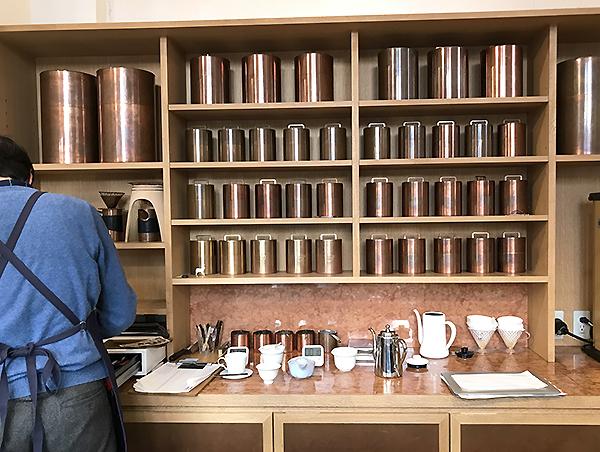 店内の珈琲缶には「里親制度」があり、店員さんが一人2~3本程度をお世話しているそうです。毎日やさしく触れ続けると本当に美しい飴色の筒になるのだそうです。