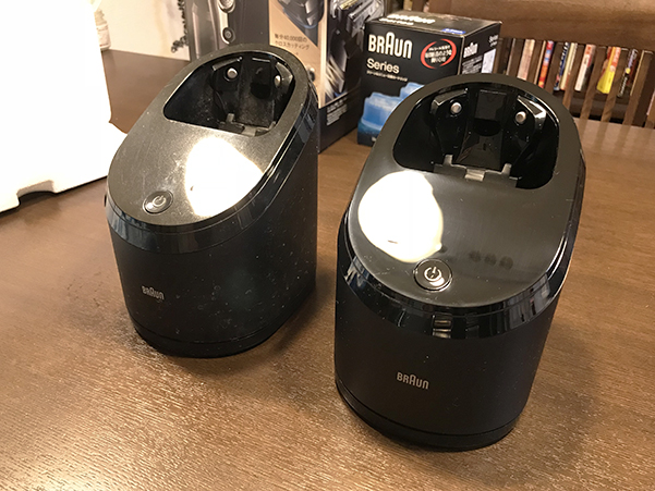 シェーバーの洗浄機。右が新型、左が旧型。こちらも見た目は全く変更はないようです。