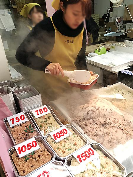 赤飯とおこわは半分ずつでも詰めてくれます。毎年のお土産です。