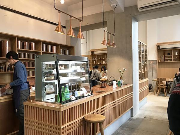 和風な内装や建具が銅製の珈琲缶の色調とマッチ。実はデンマーク製のインテリアです。